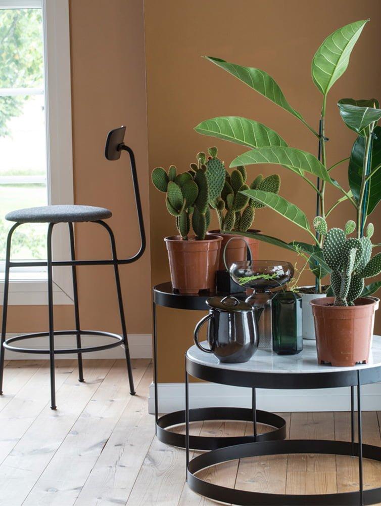 Fotoopptak på Høyloftet detaljer med stol, bord og planter