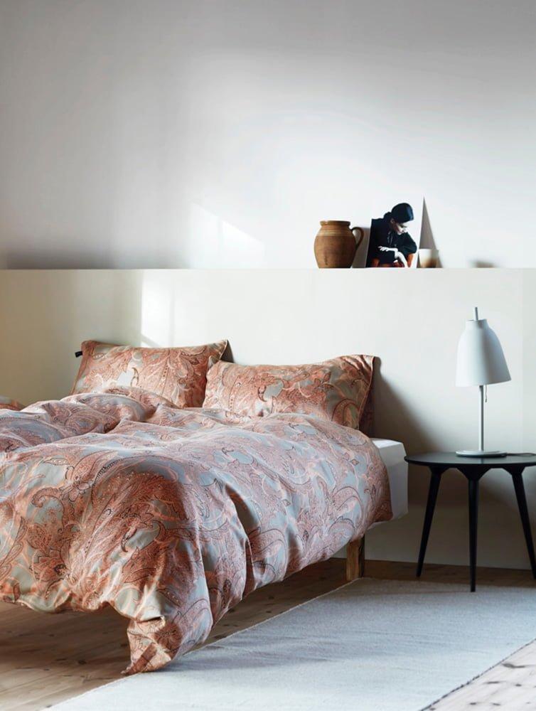 Fotoopptak på Høyloftet detaljer med sengegavl, nattbord med lampe på