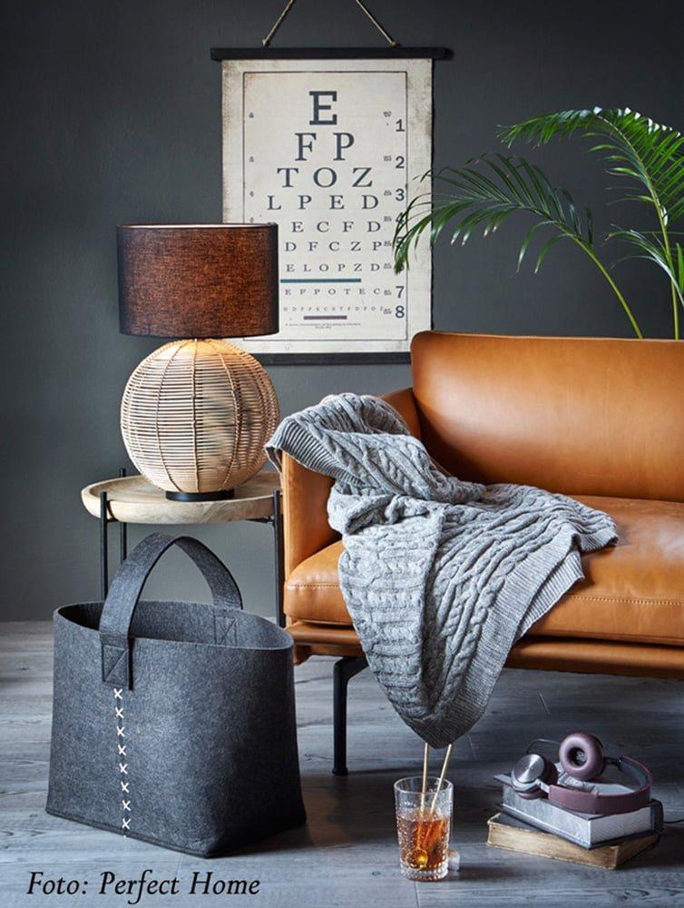 Fotoopptak på Høyloftet, sofa med pledd og detaljer